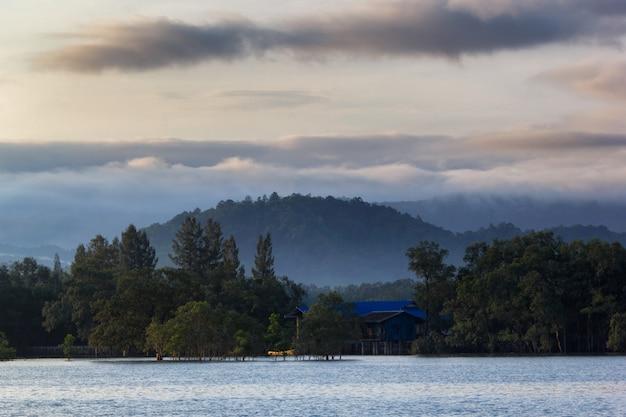 Couche de montagnes dans la brume au lever du soleil, province de ranong, thaïlande