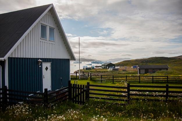 Coucher du soleil de l'arctique d'été dans la ville de narsaq, au sud-ouest du groenland, danemark