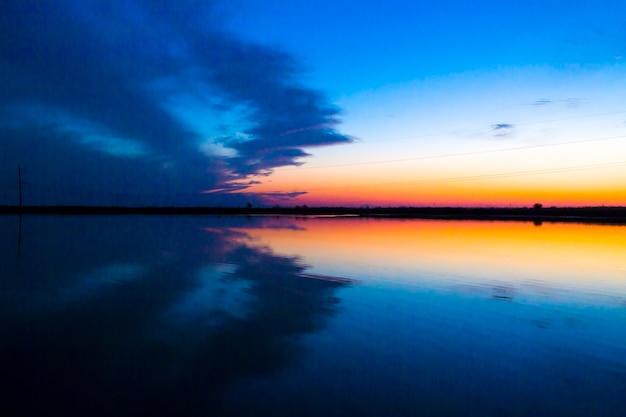 Coucher du soleil d'automne sur l'inscription de poux de relaxation de lac