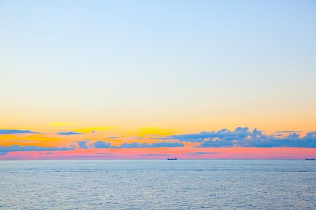 Coucher du soleil - beau paysage marin avec horizon marin et ciel et nuages colorés