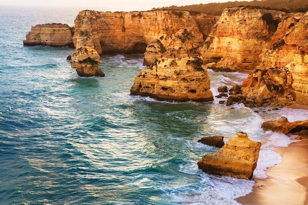 Coucher du soleil dans la belle plage praia da marinha - algarve, portugal