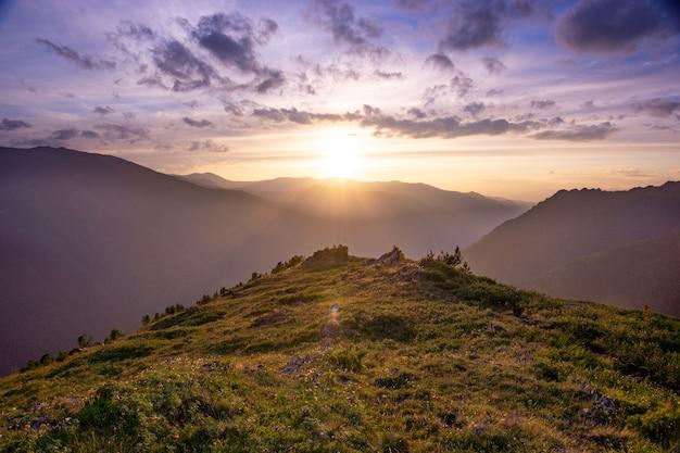 Le coucher du soleil dans la montagne de l'altaï