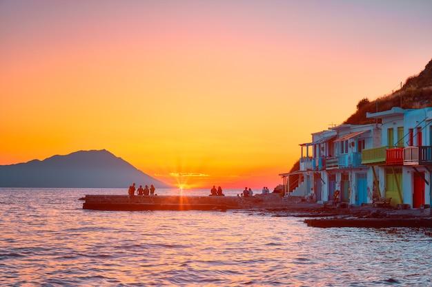 Coucher du soleil dans le village de klima sur l'île de milos en grèce