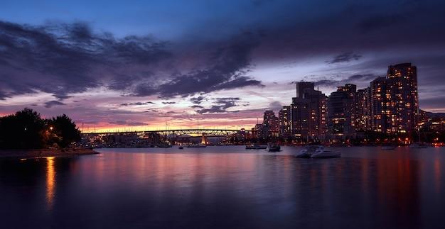 Coucher du soleil dans la ville de vancouver canada panoramique