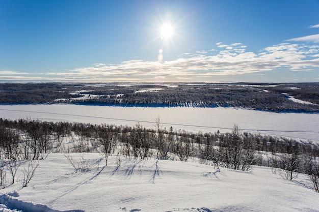 Coucher du soleil d'hiver à nuorgam, laponie, finlande