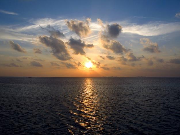 Le coucher du soleil sur les maldives, l'océan indien