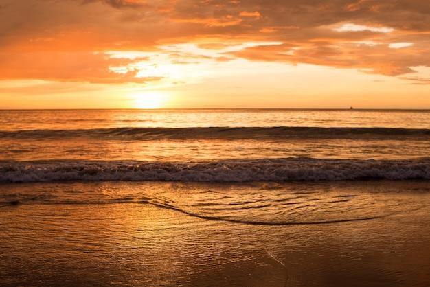 Coucher du soleil à la mer