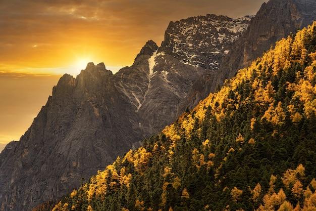 Coucher du soleil à la montagne en saison d'automne dans la réserve naturelle de yading daocheng county