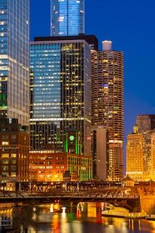 Coucher du soleil nocturne du centre-ville de chicago
