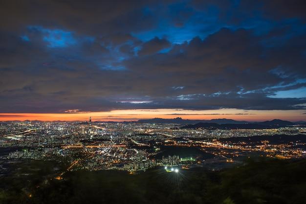 Le coucher du soleil et la nuit vue de séoul de namhansansung