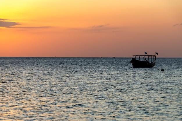 Coucher Du Soleil Sur L'océan à Zanzibar Kendwa, Tanzanie Photo Premium