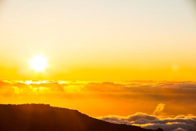 Coucher du soleil de printemps dans le parc naturel de la caldera de taburiente, l'île de la palma, canary islands, spain