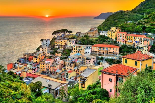 Coucher du soleil à riomaggiore les cinque terre, patrimoine mondial de l'unesco en italie