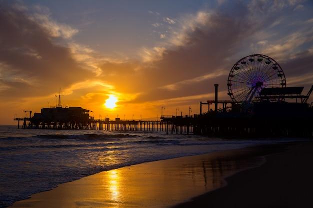 Coucher du soleil de santa monica en californie sur la roue de pier ferrys