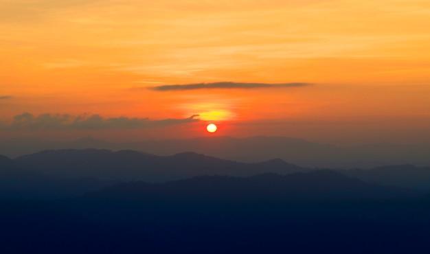 Coucher / lever de soleil avec nuages, rayons de lumière et autres effets atmosphériques