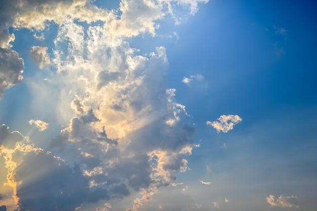 Coucher / lever de soleil avec nuages, rayons de lumière