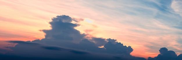 Coucher de soleil abstrait avec belle couleur ciel et nuages panorama de la nature
