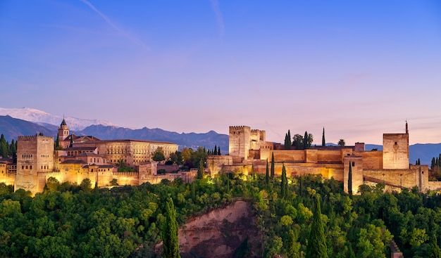 Coucher de soleil à l'alhambra à grenade, en espagne