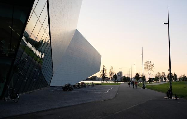 Coucher de soleil sur l'architecture à amsterdam, pays-bas