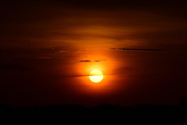 Coucher de soleil au bord du lac et le ciel avec des nuages dorés