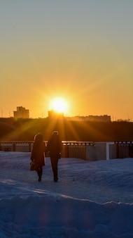 Coucher de soleil au bord de l'eau en hiver. nijni novgorod