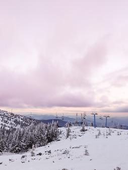 Coucher de soleil au-dessus de l'espace de copie de la station de ski des montagnes