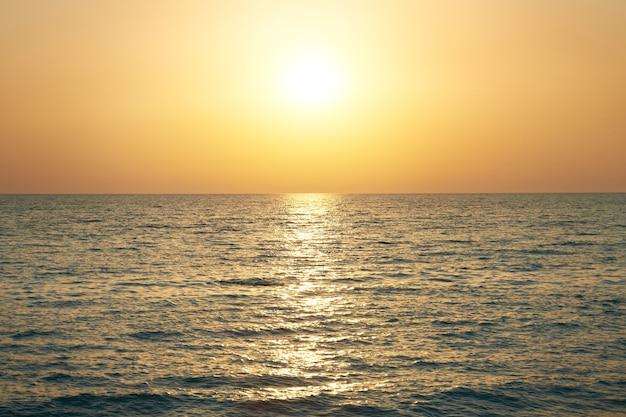 Coucher de soleil au-dessus de la mer. grand soleil et vagues