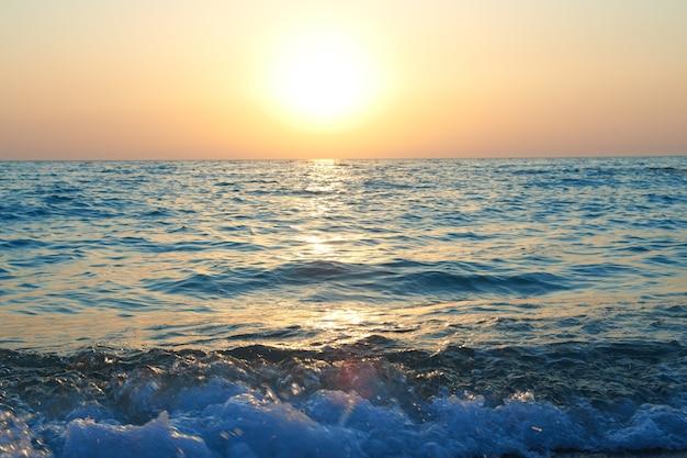 Coucher de soleil au-dessus de la mer avec des vagues