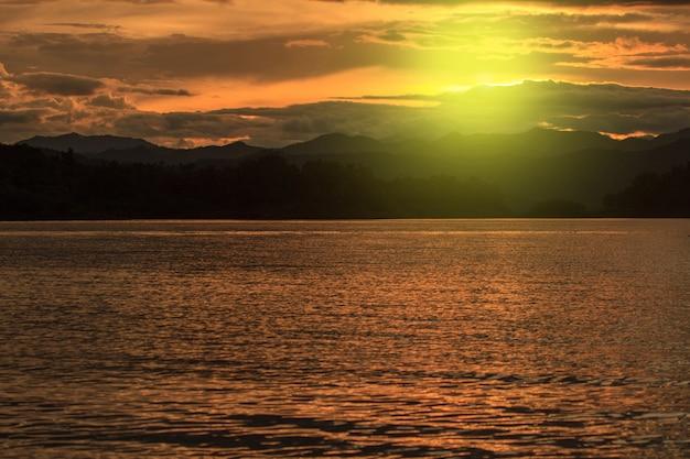 Coucher de soleil au lac, parc national de kaeng krachan en thaïlande