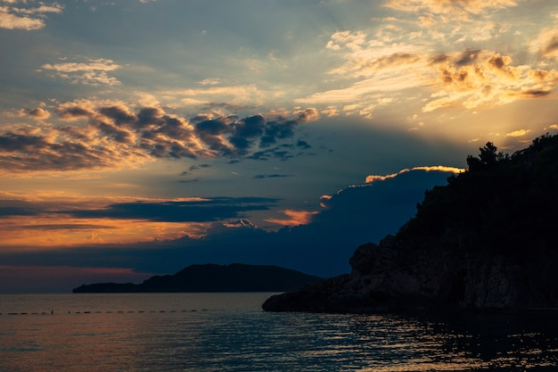 Coucher de soleil au monténégro sur les montagnes et la mer