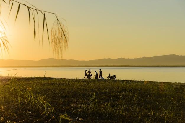 Coucher de soleil au myanmar sur la rivière