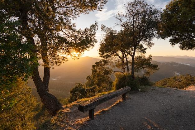 Coucher de soleil au sommet de la montagne