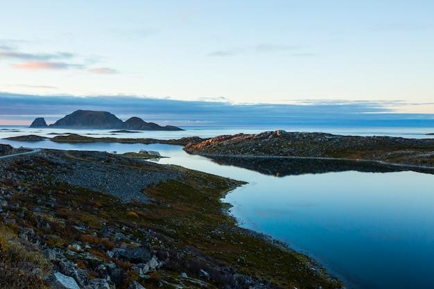 Coucher de soleil d'automne et paysage à nordkapp. nord de la norvège