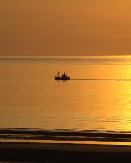 Coucher de soleil avec un bateau de pêcheurs
