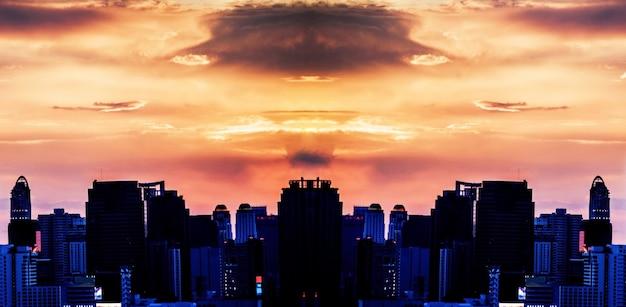 Coucher de soleil de beauté comme l'explosion clound dans le ciel panorama de la ville