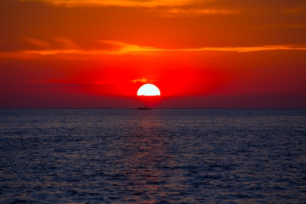 Coucher de soleil bleu orange sur la mer méditerranée