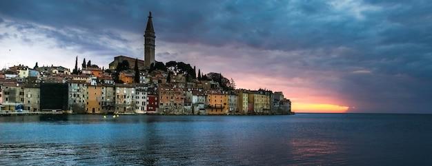 Coucher de soleil brillant dans spectaculaire vieille ville romantique de rovinj, péninsule d'istrie, croatie, europe