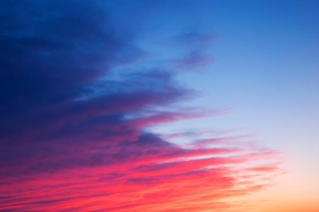 Coucher de soleil brillant rouge, rose et bleu