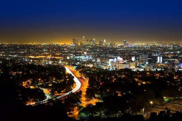 Coucher de soleil sur le centre-ville de los angeles au coucher du soleil, californie
