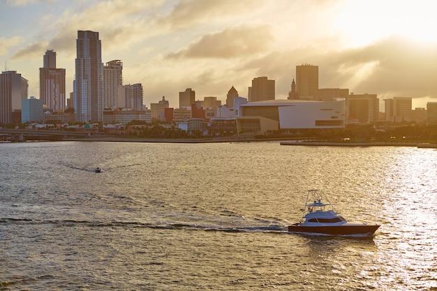 Coucher de soleil sur le centre-ville de miami, floride, états-unis