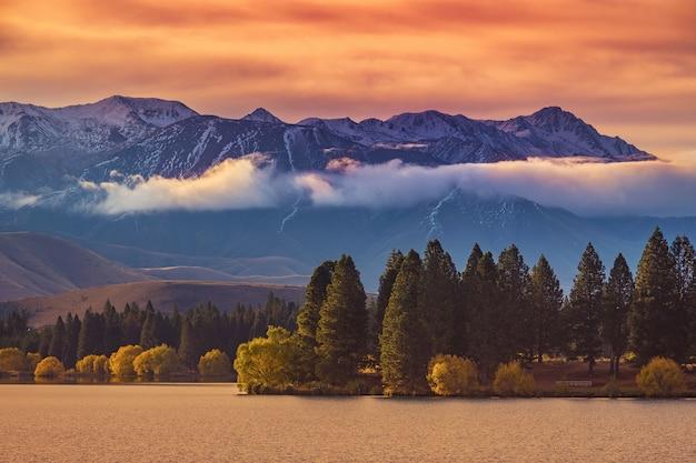Coucher de soleil avec un ciel coloré à twizel près du lac tekapo, île du sud, nouvelle-zélande