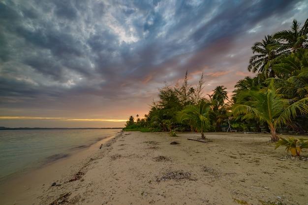 Coucher de soleil ciel dramatique sur la mer, plage de désert tropical, aucun peuple, nuages colorés, destination de voyage, indonésie, îles banyak, sumatra