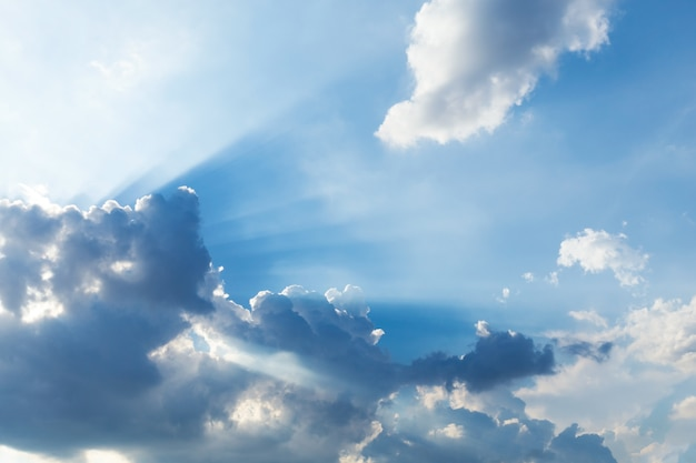 Coucher de soleil ciel avec nuages et rayons du soleil. fond de la nature.