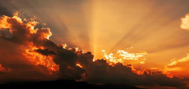 Coucher de soleil ciel et nuages avec rayons de soleil