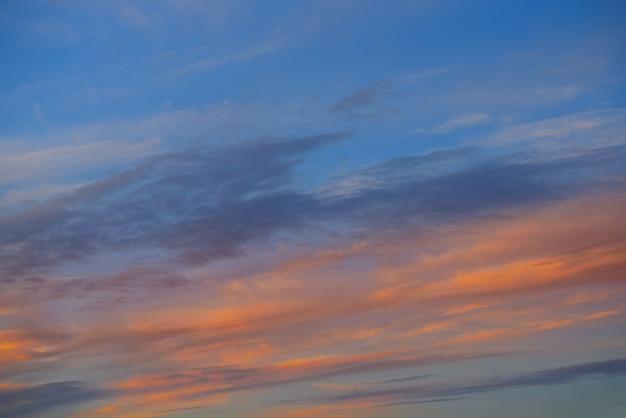 Coucher de soleil ciel orange nuages sur bleu