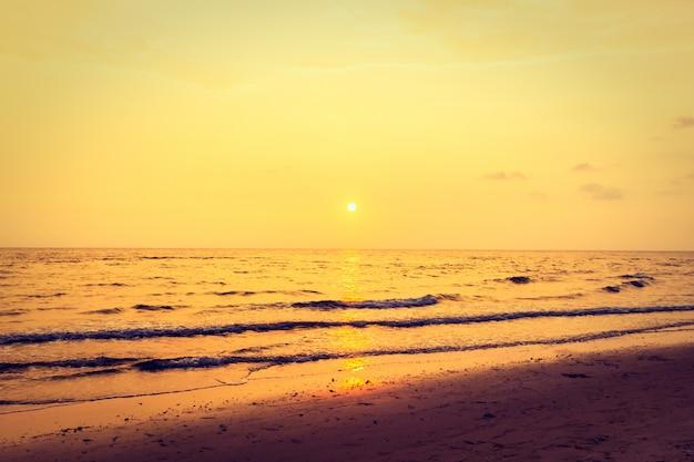 Coucher de soleil avec ciel sur la plage