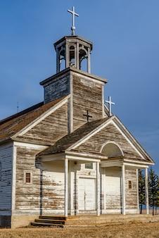 Coucher de soleil sur le clocher, le clocher et les croix de l'église catholique st. joseph à courval, saskatchewan