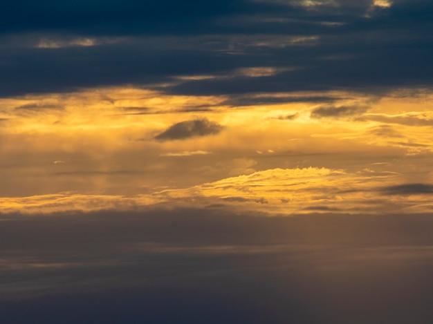 Coucher de soleil coloré avec beaucoup de nuages et une atmosphère dramatique