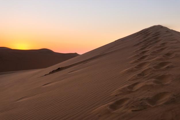 Coucher de soleil coloré sur le désert du namib, namibie, afrique.