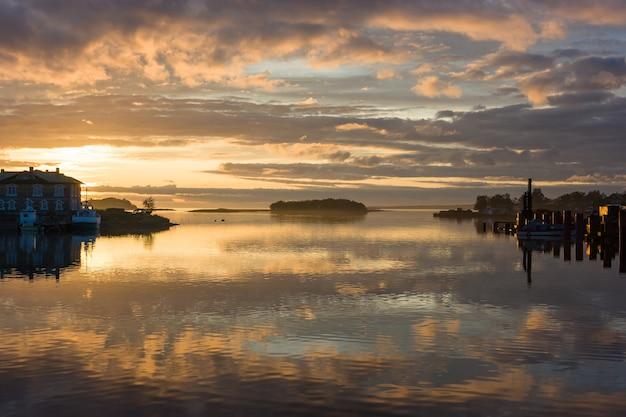Coucher de soleil coloré sur l'eau calme de la baie de la prospérité sur l'île solovetsky